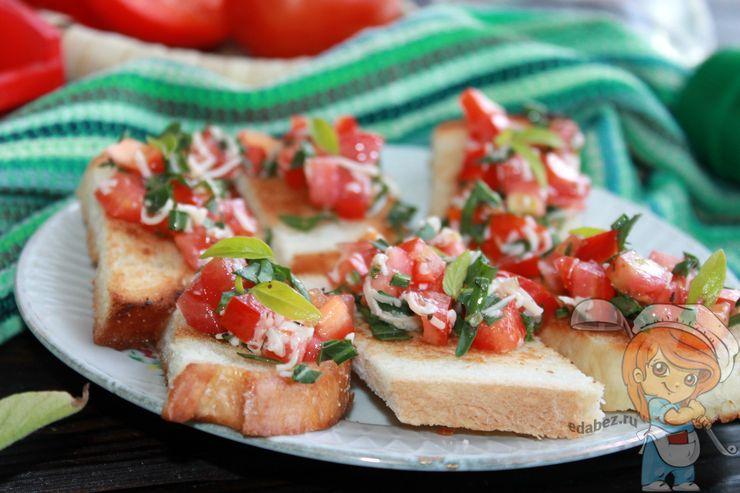 Кростини с сыром и помидорами - рецепт с фото