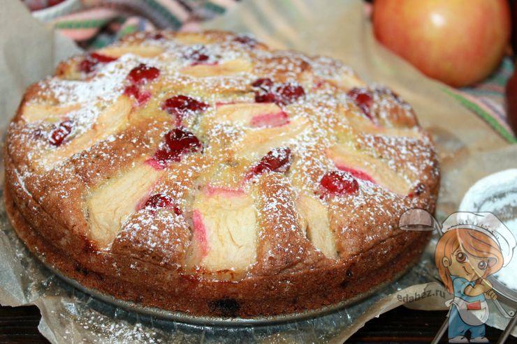Яркий пирог с клюквой и яблоками