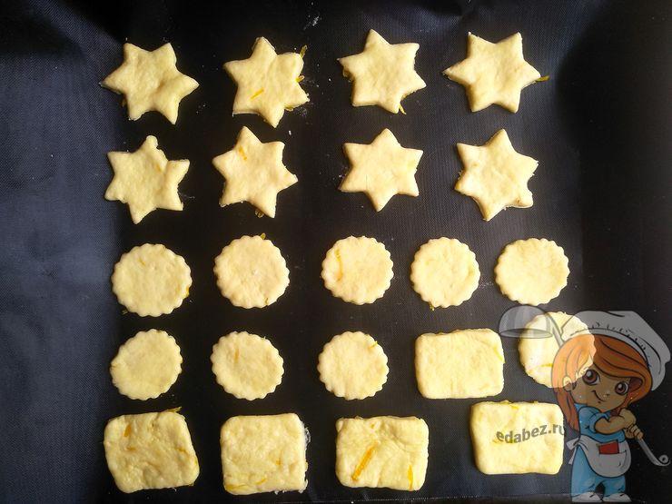 Выкладываем печенье на противень