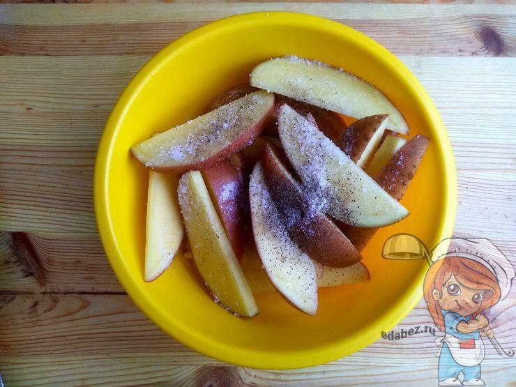 Картофель моем и режем дольками