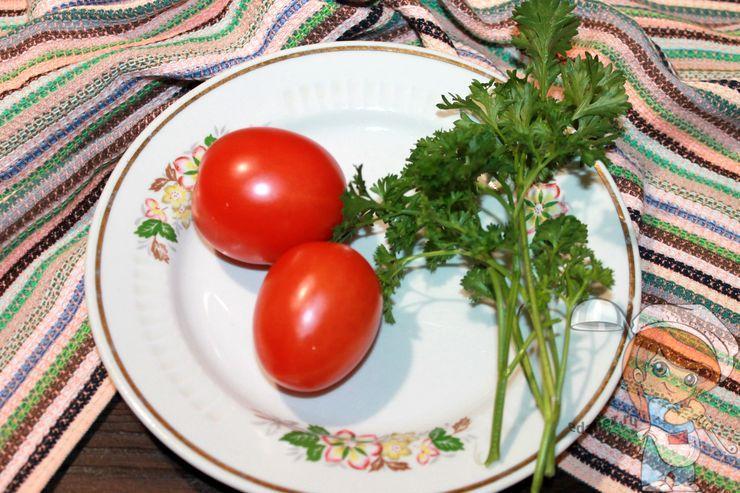 Моем зелень и помидоры