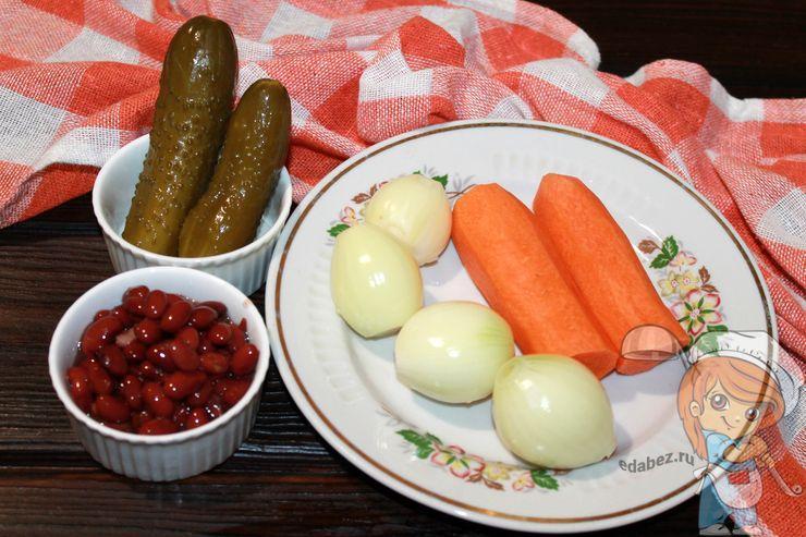 Подготавливаем составляющие салата