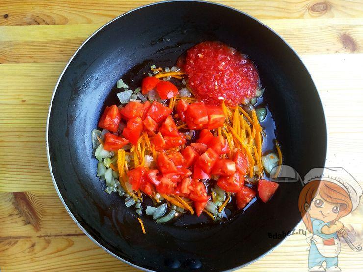 Добавляем помидоры и аджику
