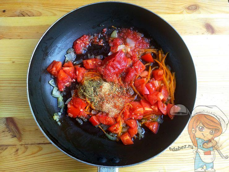 Специи, томатная паста и ткемали