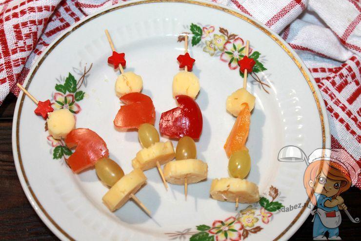 Нанизываем виноград и сыр