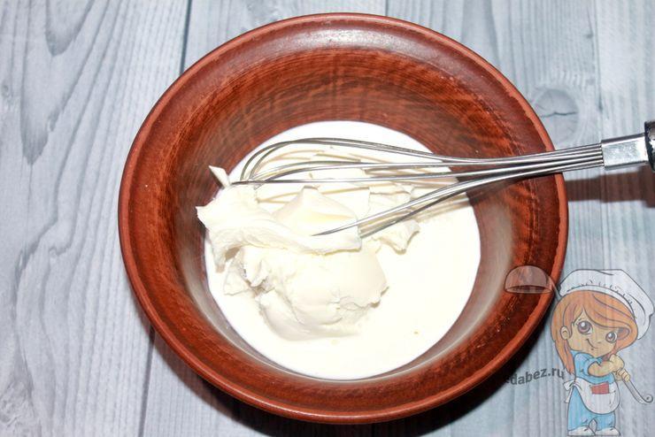 Перемешиваем крем чиз со сливками
