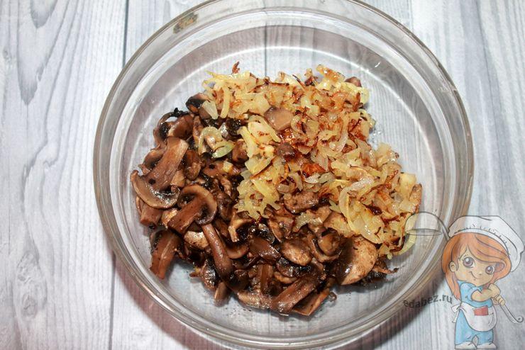 Соединяем лук с грибами