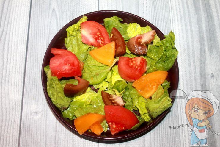 Выкладываем зелень с помидорами