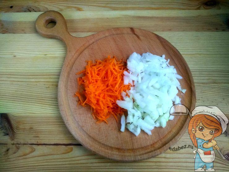 Натираем морковь и режем лук