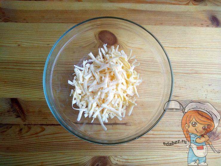 Твердый сыр на крупной терке