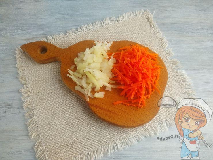 Измельчаем морковь и лук