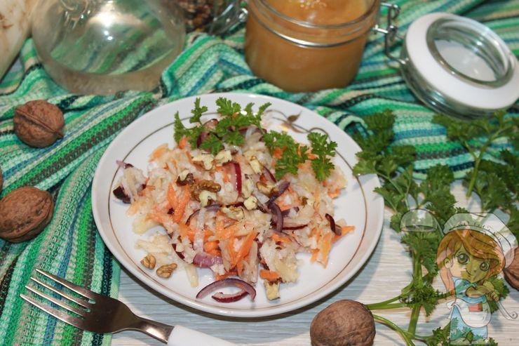 Салат из яблок, орехов, моркови и дайкона