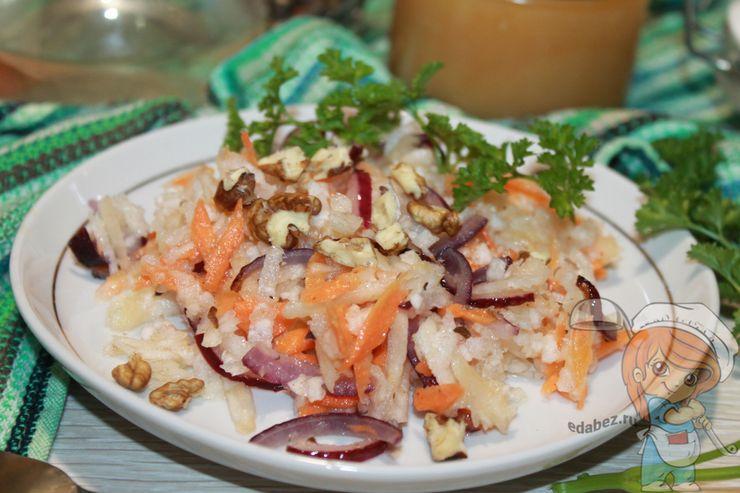 Салат с яблоками и орехами - рецепт без мяса