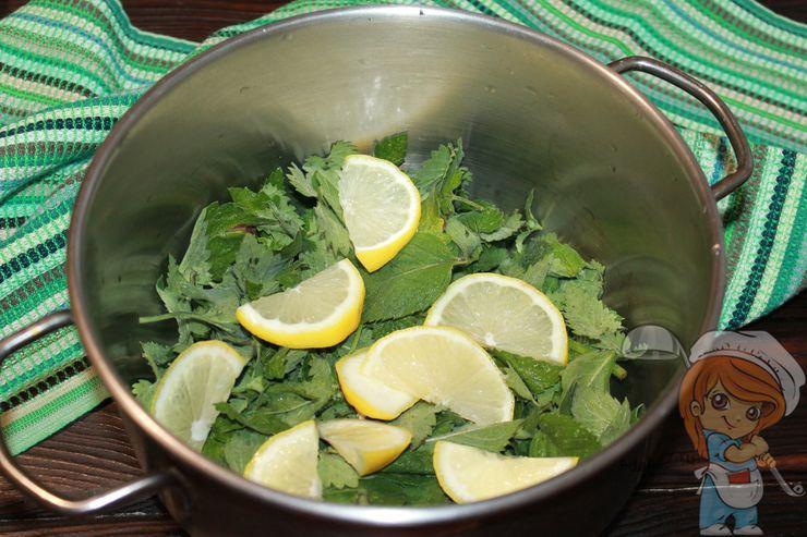 Кладём дольки лимона