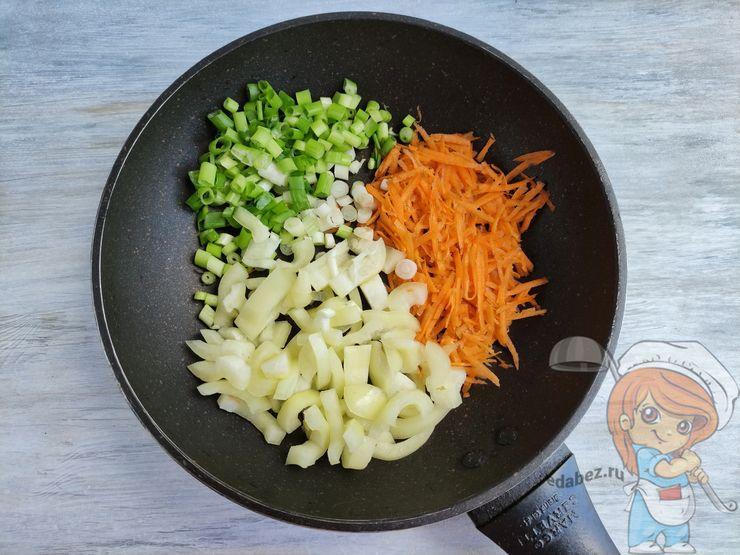 Обжариваем морковь, лук и перец