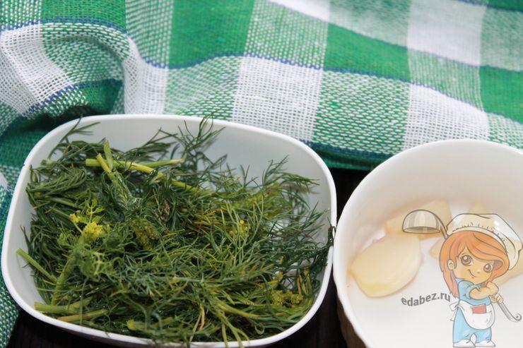 Подготавливаем зелень и чеснок