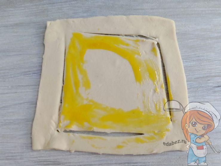 Смазываем яичным желтком