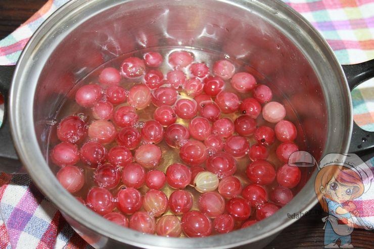 Заливаем сиропом ягоды