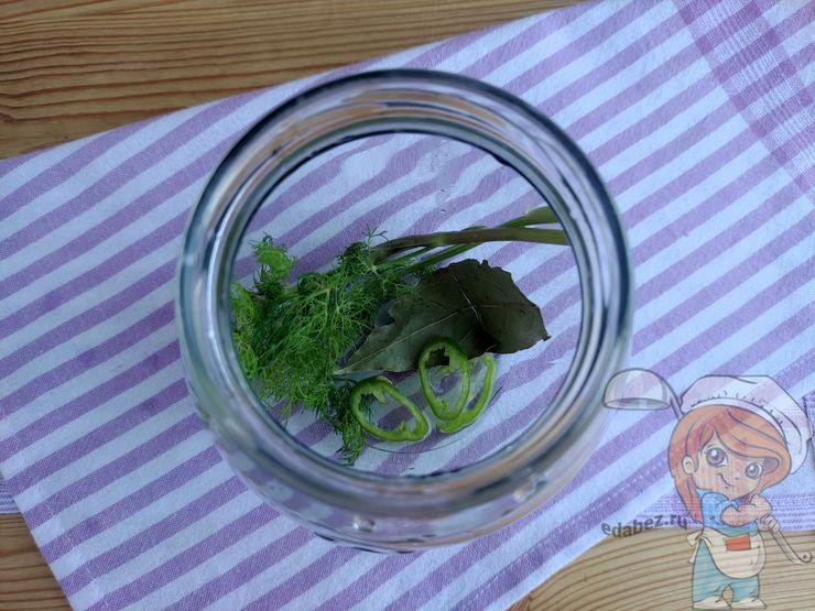 Кладём зелень и перец на дно