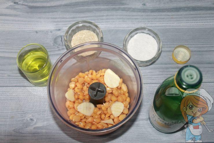 Нут и ингредиенты в блендере