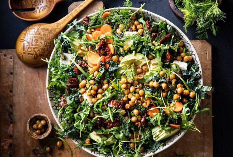 Салат с нутом и шпинатом